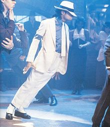 Michael Jackson pochyla się do przodu