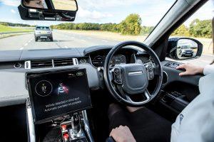 Samochód jedzie, kierowca nie trzyma rąk na kierownicy