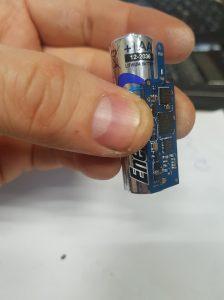 Nadajnik i GPS zamontowane na baterii AA